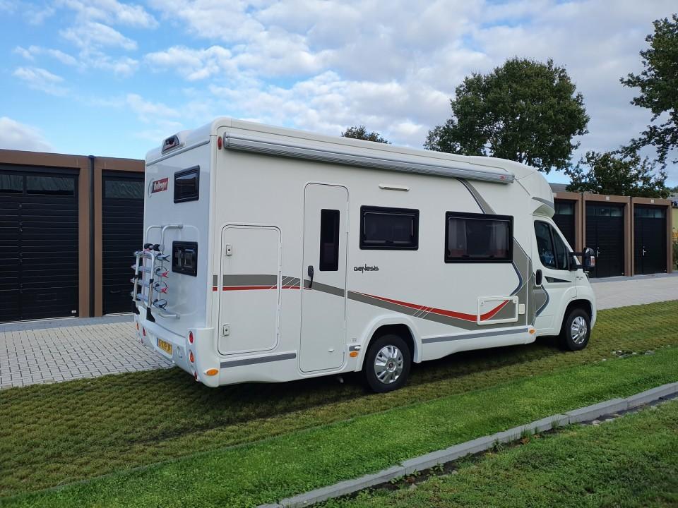 2017 Challenger Genesis 256 Halfintegraalcamper 7 persoons met hefbed, 2 enkele bedden en garage, Fiat Dudato 130 pk MultiJET 2 Euro 6